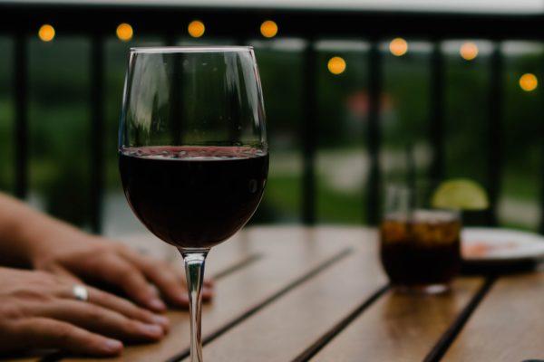 دمان الكحول في الأسرة هو مشكلة شائعة بشكل متزايد في المجتمع