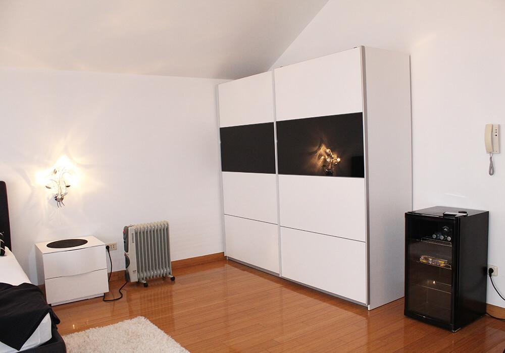 Μια ευρύχωρη ντουλάπα στο δωμάτιο της κλινικής VIP Vorobjev
