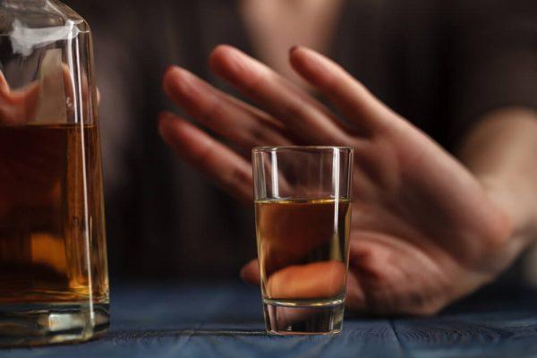 چگونه می توانید خود را از الکل درمان کنید