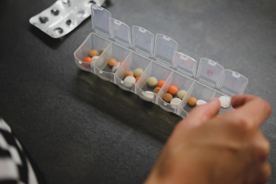 Un portapillole contenente clobazam e altri farmaci antiepilettici.