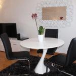 Обеденный стол в комнате