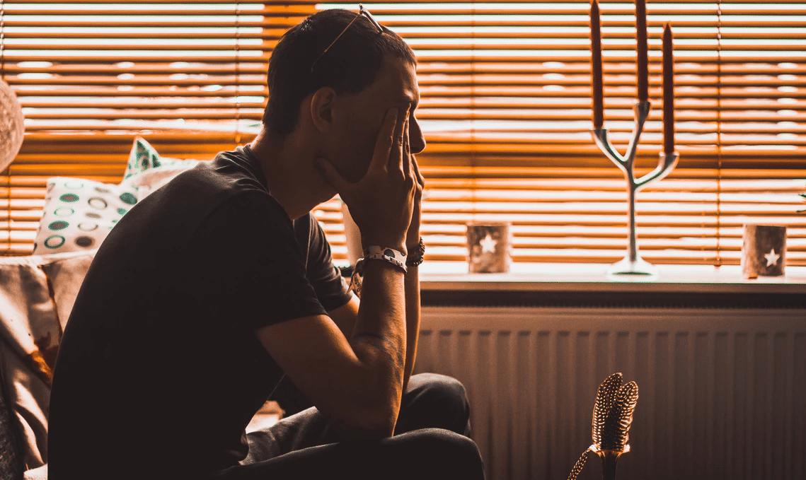Čovek koji se suočava sa depresijom nakon dugotrajnog zlostavljanja Tranksena